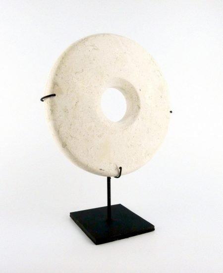 Marmeren steen op standaard wit