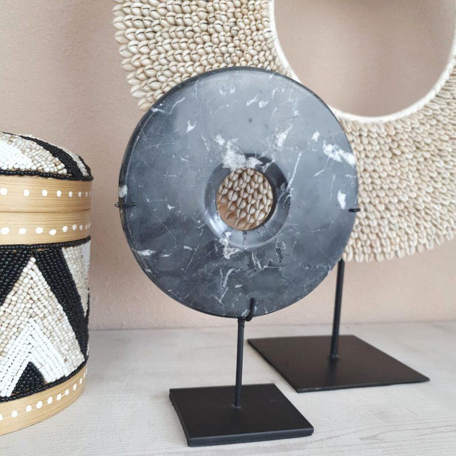 Marmeren steen op standaard zwart