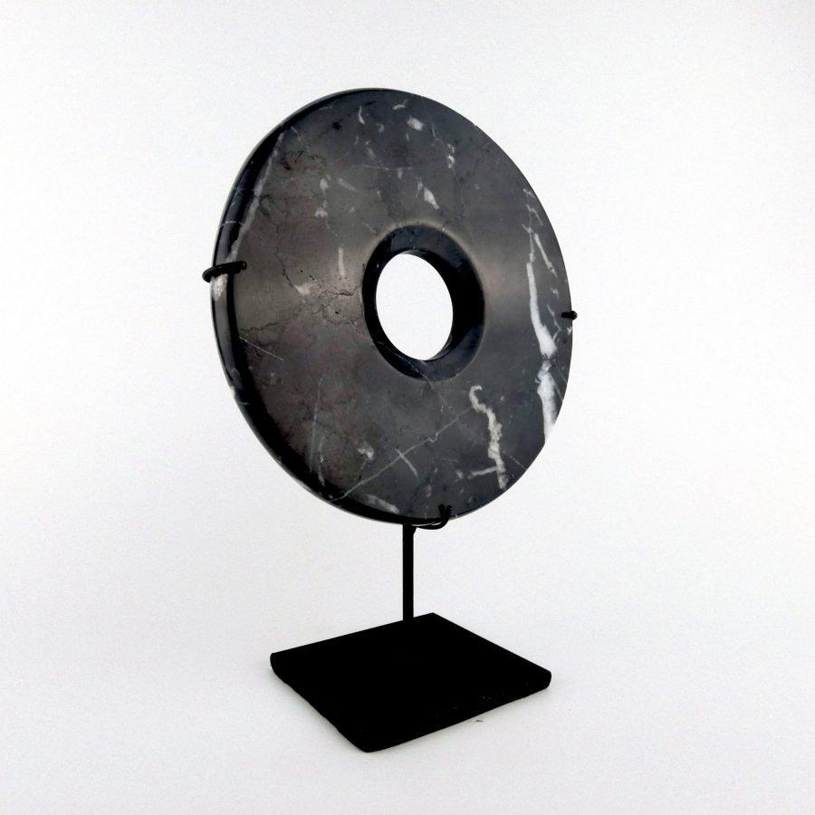 Zwarte marmeren steen op standaard