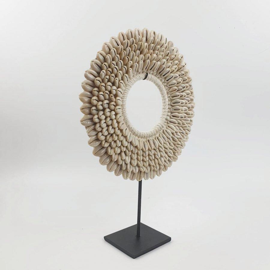 Papua kauri small schelpenketting op standaard