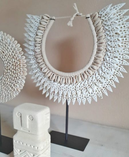 Schelpenketting op standaard bali wit