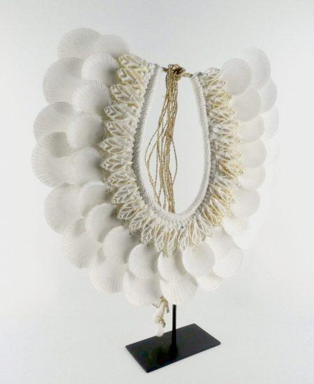 Schelpenketting op standaard groot witte platte schelp
