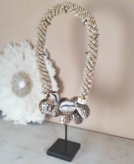 Schelpenketting op standaard leopard kauri schelpen bali