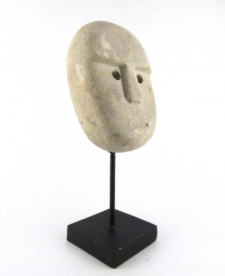 Sumba masker grijs groot op standaard zijkant