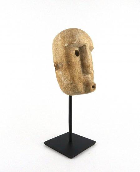 Sumba masker taupe op standaard zijkant