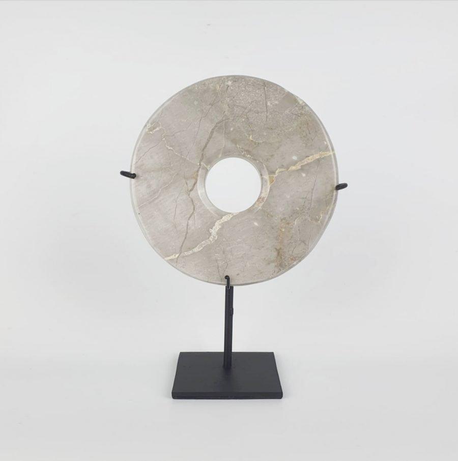 Marmeren steen op standaard taupe bali woondecoratie 2