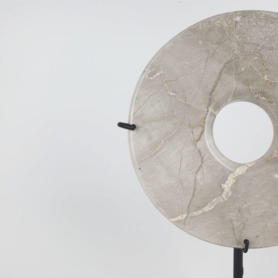 Marmeren steen op standaard taupe bali woondecoratie 3