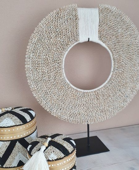 Papua kauri tape XXL schelpenketting op standaard